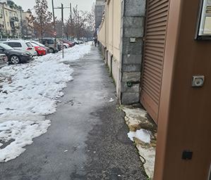 Marciapiede pulito dalla neve